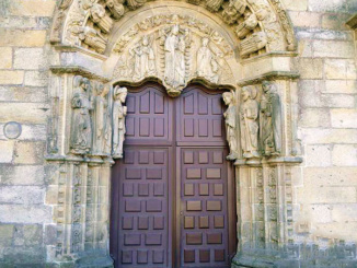 Door which marks the entrance to the Delegation of the Higher Council for Scientific Research in Galicia.