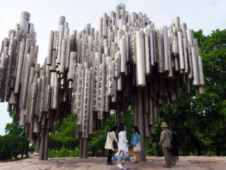 The sculpture consists of more than 600 hollow steel pipes welded together in a wave-like pattern and weights 24 tons